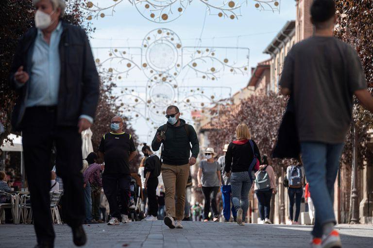 Un grupo de ciudadanos paseaban este jueves en Alcalá de Henares (Madrid).