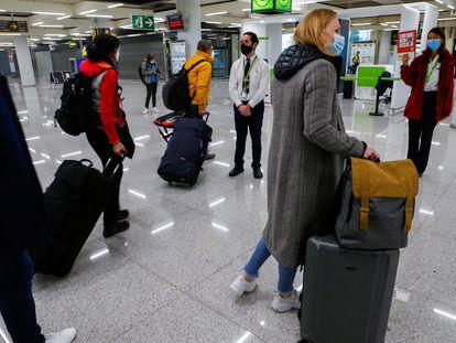 Llegada de turistas alemanes al aeropuerto de Palma de Mallorca, este domingo.