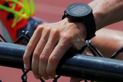 Un deportista luce un reloj inteligente de Garmin.