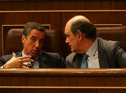 Eduardo Zaplana e Ignacio Astarloa, dirigentes del PP, durante el pleno del Congreso.
