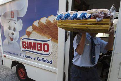Un repartidor de pan del Grupo Bimbo.
