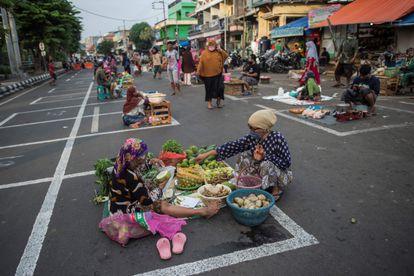 Un mercado callejero en Surabaya (Indonesia), dispuesto de forma que guarda la distancia de seguridad entre vendedores.