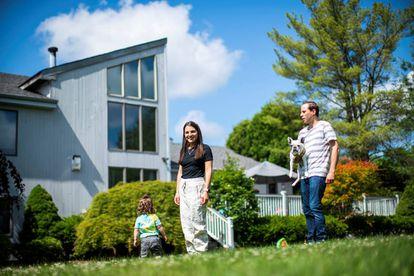 Una pareja y su hija, en su casa con jardín en el municipio de Marlboro (Nueva Jersey), al sur de Nueva York.