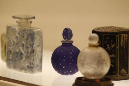 Frascos de perfumes de la exposición.