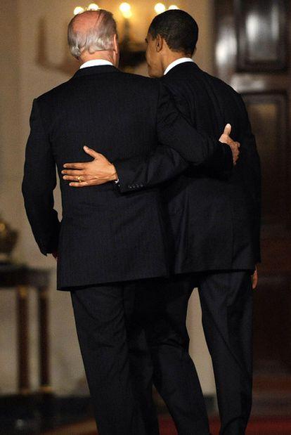 Obama y el vicepresidente Biden, en la Sala Este de la Casa Blanca tras la aprobación de la reforma.