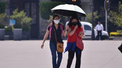 Dos mujeres con mascarillas, este martes en Ciudad de México.
