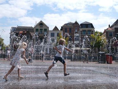 Niños en una fuente en la plaza de Beestenmarkt en Leiden (Países Bajos), en agosto de 2020.