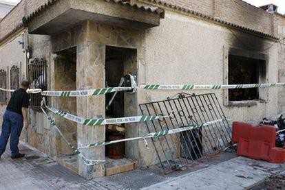 Exterior de la vivienda de Punta Galea, en Colmenar Viejo, tras ser incendiada.