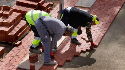 Trabajadores de la construcción en el puerto de Mataró (Barcelona).