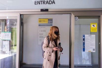 Una mujer entra en una oficina del Servicio Público de Empleo Estatal, en Madrid, el pasado mes de abril.