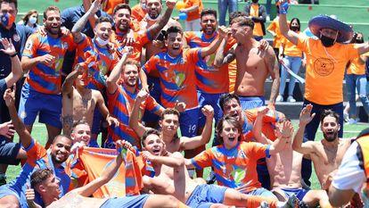 Los jugadores del Panadería Pulido celebran el ascenso a la Segunda RFEF tras vencer al Atlético Paso en el Campo Municipal de El Paso, el 6 de junio.