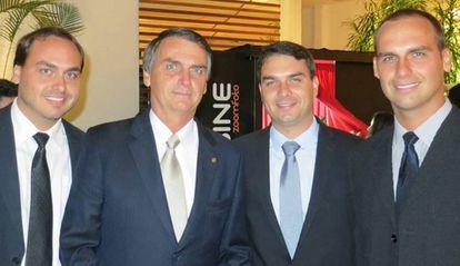 Jair Bolsonaro con sus hijos Carlos, Eduardo y Flávio, en una foto de Facebook.