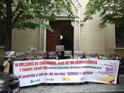 Víctimas del accidente del Alvia se concentran frente al Tribunal Superior de Justicia de Madrid este jueves.