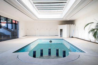 La piscina climatizada de la casa de Amado Carrillo en El Pedregal, Ciudad de México.