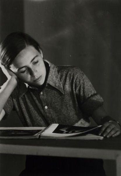 Kati Horna en el estudio de József Pécsi en Budapest en un retrato atribuido a Robert Capa.