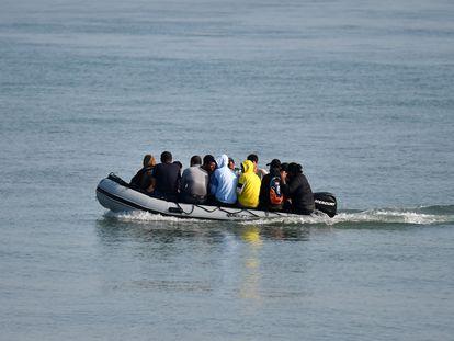 Un grupo de inmigrantes intenta llegar a la costa británica, a través del canal de la Mancha,  el pasado 14 de septiembre.