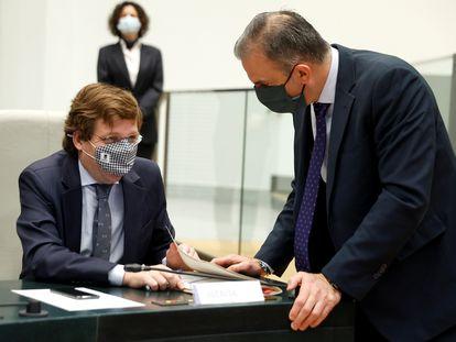 El portavoz de Vox en el Ayuntamiento de Madrid, Javier Ortega Smith (i), conversa con el alcalde de la capital, José Luis Martínez-Almeida, el pasado 23 de diciembre, durante la aprobación de los últimos presupuestos.
