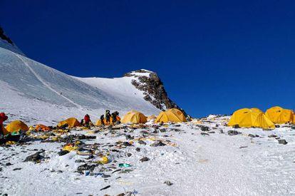 Esta imagen muestra la basura generada en el campo 4 del Everest, el 21 de mayo pasado.