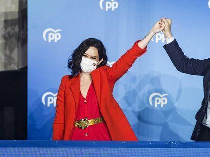 Isabel Díaz Ayuso y Pablo Casado, en el balcón de Génova, tras la victoria electoral del PP el 4-M.