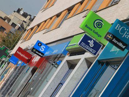 Oficinas de bancos y cajas en una calle de Madrid.
