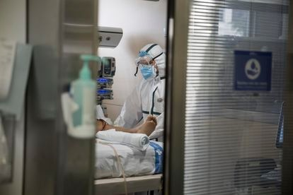 Un sanitario trabaja en la UCI del Hospital Vall d´Hebron, este martes.