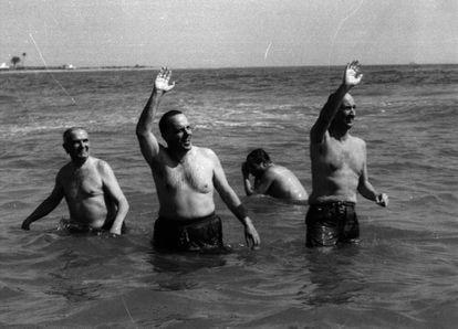 Manuel Fraga, durante su célebre baño en Palomares en marzo de 1966.