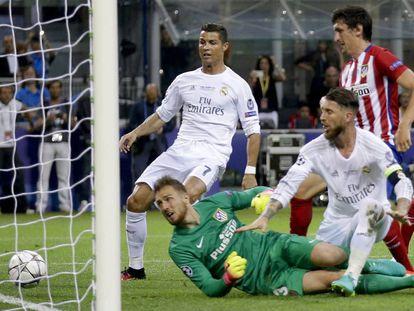 Sergio Ramos mete el primer gol en Milán.