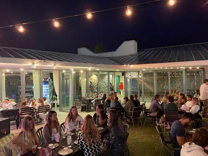 El exterior del bar del Club Viladrau durante una cena esta semana.