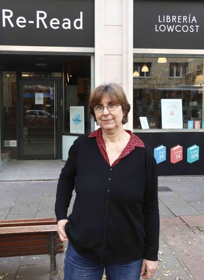Mercedes Zendrera en la puerta de la librería de bajo coste que abre sus puertas en Madrid.