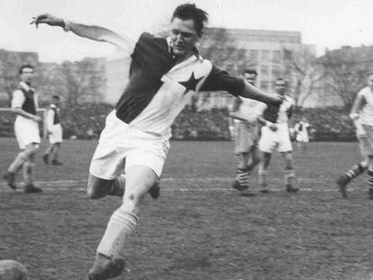 Bican, delantero austriaco de raíces checas, remata a puerta en un partido con el Slavia de Praga.
