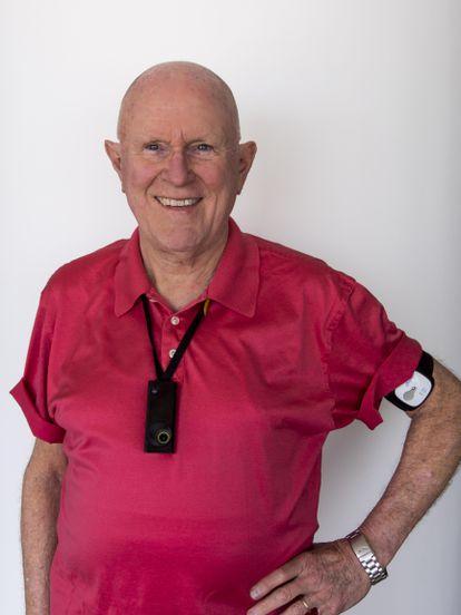 El informático Gordon Bell posa con su SenseCam al pecho y algunos otros 'wearables'.