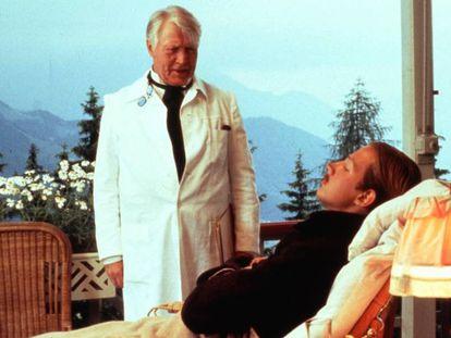 Fotograma de 'La montaña mágica' (1982), con Hans Christian Blech (de pie) y Christoph Eichhorn.