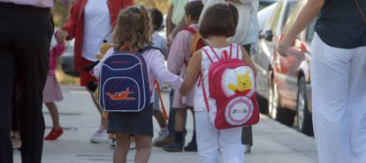 Dos niñas a la entrada del colegio público Los Ángeles de Pozuelo de Alarcón.
