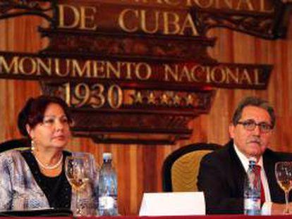 El presidente del Consejo Superior de Cámaras de España, Manuel Teruel Izquierdo (d), y la presidenta de la Cámara de Comercio de Cuba, Estrella Madrigal, pronuncia un discurso este 27 de septiembre, durante la inauguración de la XVIII sesión del Comité de Cooperación Empresarial Cuba-España, en La Habana.