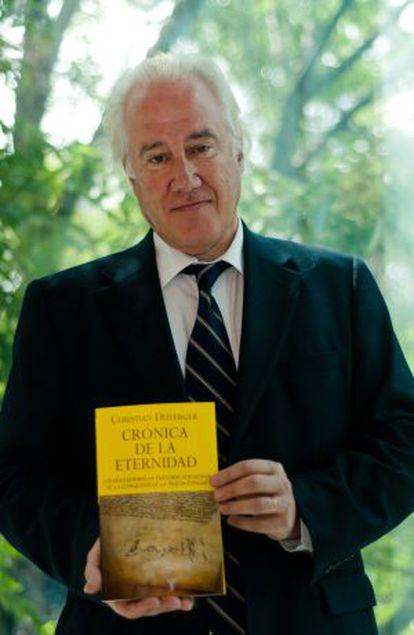 Christian Duverger, con su libro.