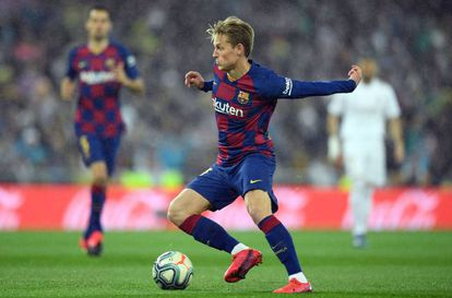 De Jong controla el balón en el clásico.