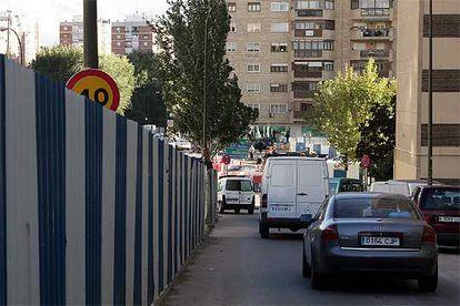 Una señal de tráfico parcialmente oculta tras una valla en las obras que se realizan en el cruce de las avenidas de Betanzos y la Ilustración.