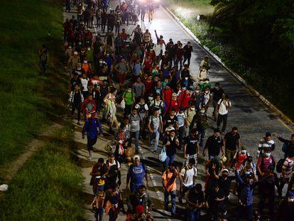 Cientos de hondureños de la nueva caravana saliendo desde San Pedro Sula.