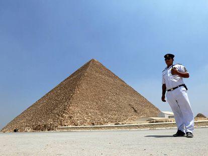 Un policía, frente a la Gran pirámide de Guiza, el pasado 31 de agosto.