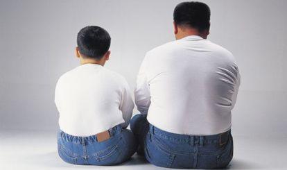 Un padre y un hijo con sobrepeso.