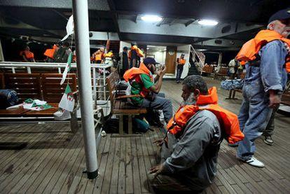 Imagen previa al ataque israelí en la que se ve a activistas rezando a bordo del navío turco <i>Mavi Mármara</i>.