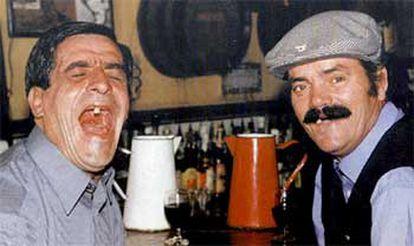 Tenía 44 años y saltó a la fama junto a <i>Risitas</i> en los programas de Jesús Quintero. En la foto, la pareja en un bar de Sevilla.
