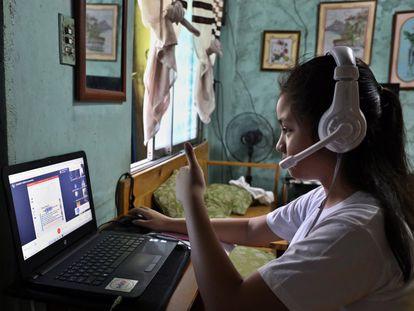 Dana Abaya, de nueve años, informa a su maestra que ya está lista para comenzar las clases por Internet.