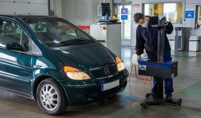 Un vehículo pasa la inspección técnica obligatoria.