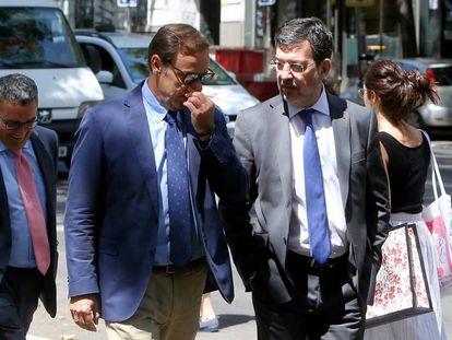 El juez Fernando Andreu, a la derecha, a la entrada de la Audiencia Nacional.