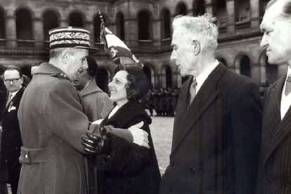 El general Charles de Gaulle abraza a Virtudes Cuevas tras imponerle la Orden de la Legión de Honor.