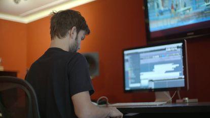 Lucas Vidal, ante su equipo de composición.
