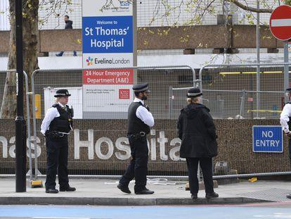 Policías londinenses frente al hospital St Thomas's, donde está ingresado Boris Johnson, este lunes.