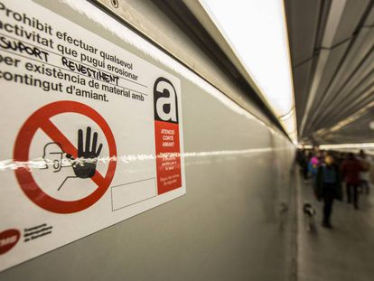 Uno de los carteles que alertan de la presencia de amianto en los vagones.