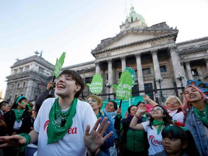 Partidarias de la legalización del aborto, este martes frente al Congreso argentino.